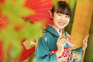 令和4年ご成人 緑色の振袖と赤い和傘で前撮り撮影