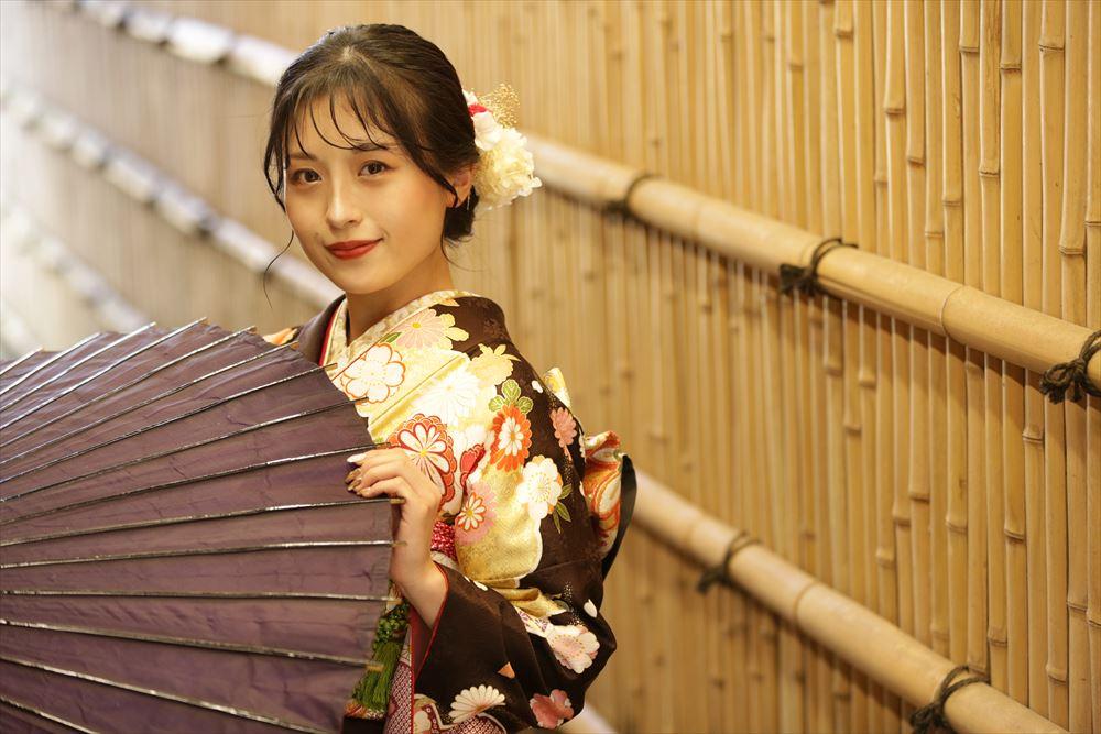 京都風の小路で和傘のショット