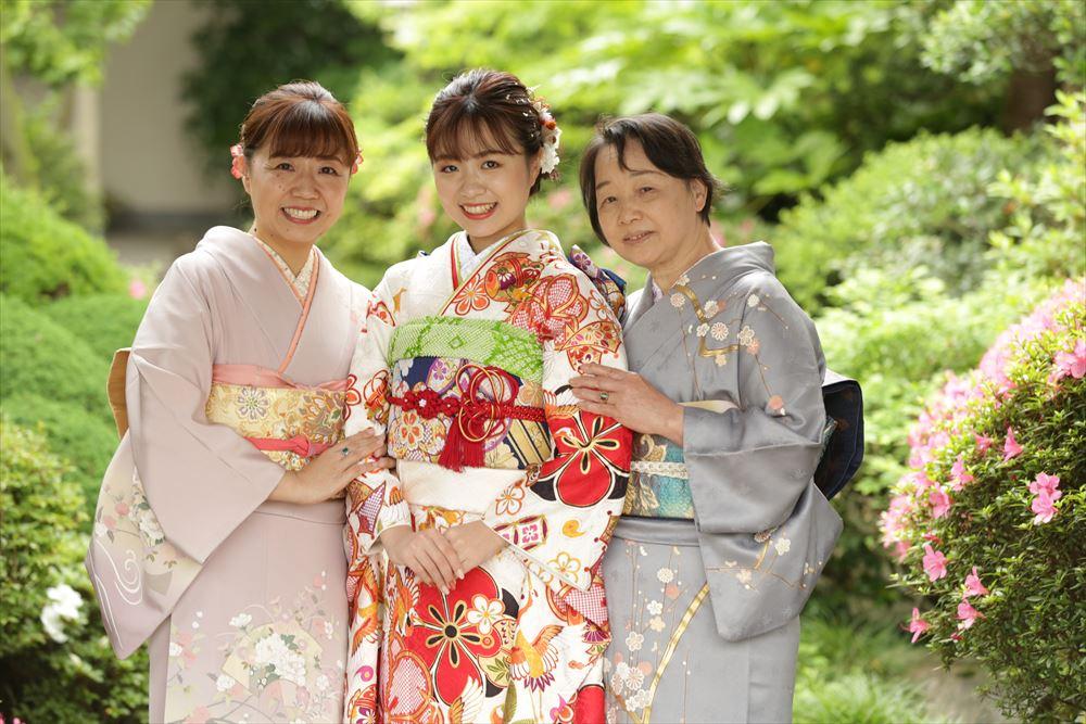 皆様お着物で日本庭園でのご家族写真