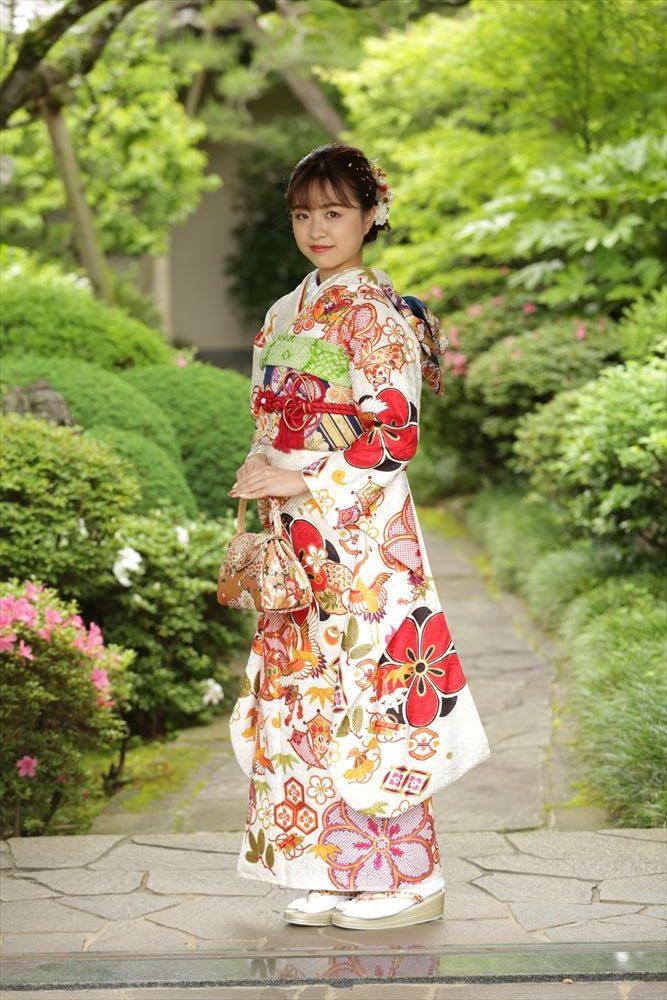 日本庭園をバックに全身のお写真