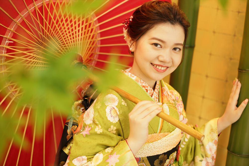 赤い和傘を持って笑顔のベストショット